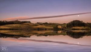 Jezero z odsevi in luno
