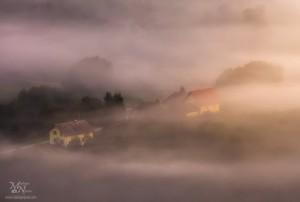 Hiške v megli, pogled z Zavrha